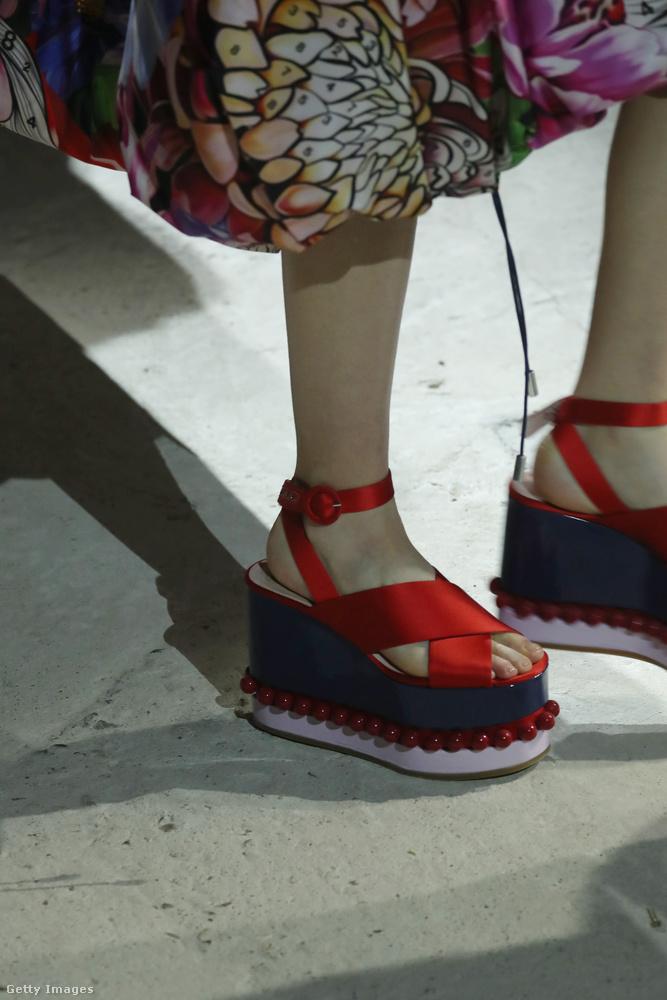 A tavalyi Versace platformra emlékeztet Mary Katrantzou piros-kék telitalpú szandálja.