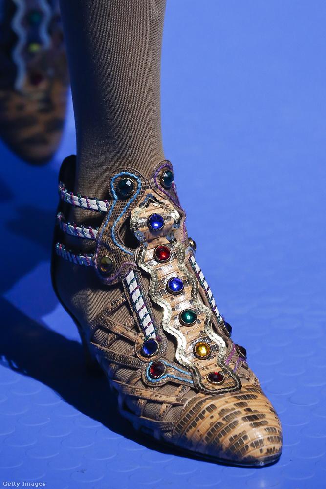 Kövekkel és gyöngyökkel kirakott cipő a Guccitól.