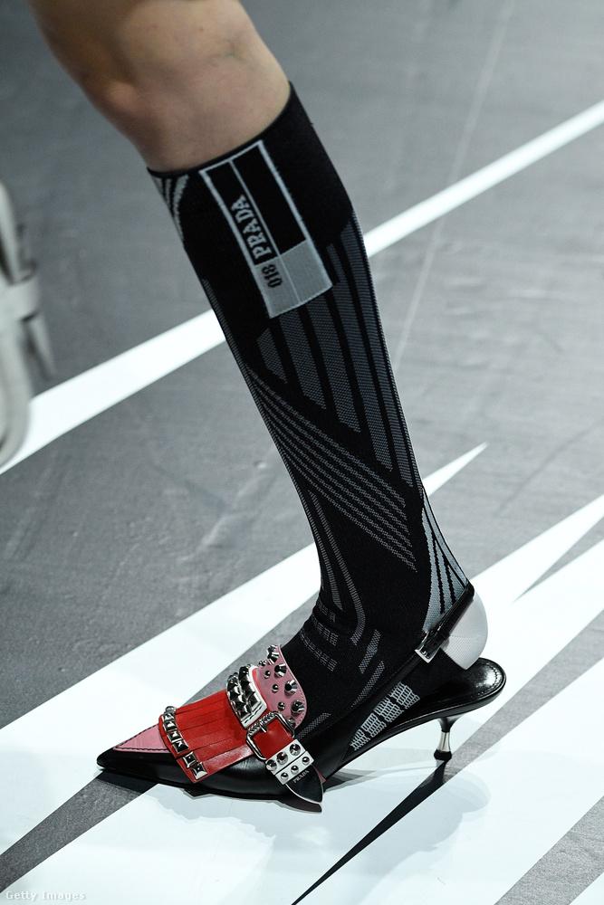 Csicsás cippővel kombináljuk a sportzoknit a Prada szerint