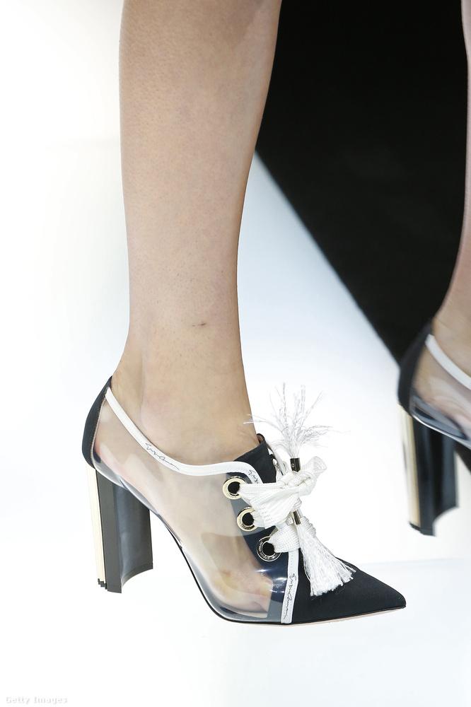 Nem csak az áttetsző csizma, de a fűzős félcipő is népszerű lesz a Giorgio Armani szerint.