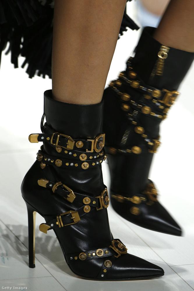 Tűsarkú csizma csatokkal a Versace kollekciójában.