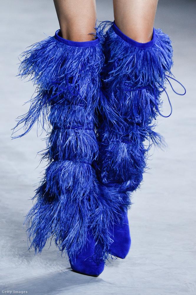 De versenyben van a Saint Laurent kék tollas csizmája is