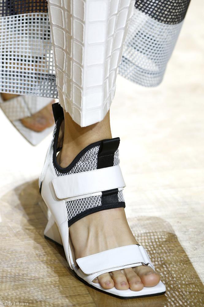 Tépőzáras cipő fehérben az Issey Miyake kollekciójában.