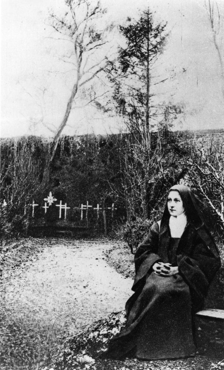 Lisieux-i Szent Teréz a kolostor kertjében.