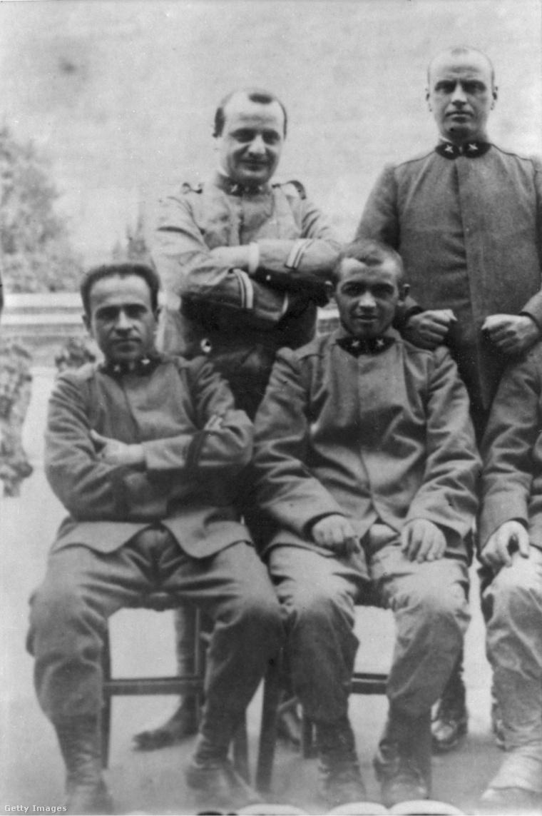 A későbbi Szent XXIII. János pápa itt a két álló férfi közül a bal oldali, a kép közepén. A fotó az első világháborúban készült.