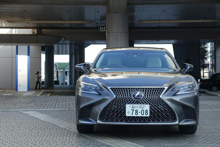 Már nem akar a Mercedesre hasonlítani. A Lexusnak végre teljesen önálló arca lett és ez látható az új LS-en is