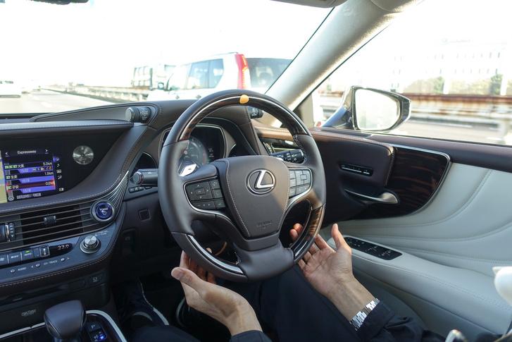 Bátor sofőrünk önvezeti a méregdrága járművet