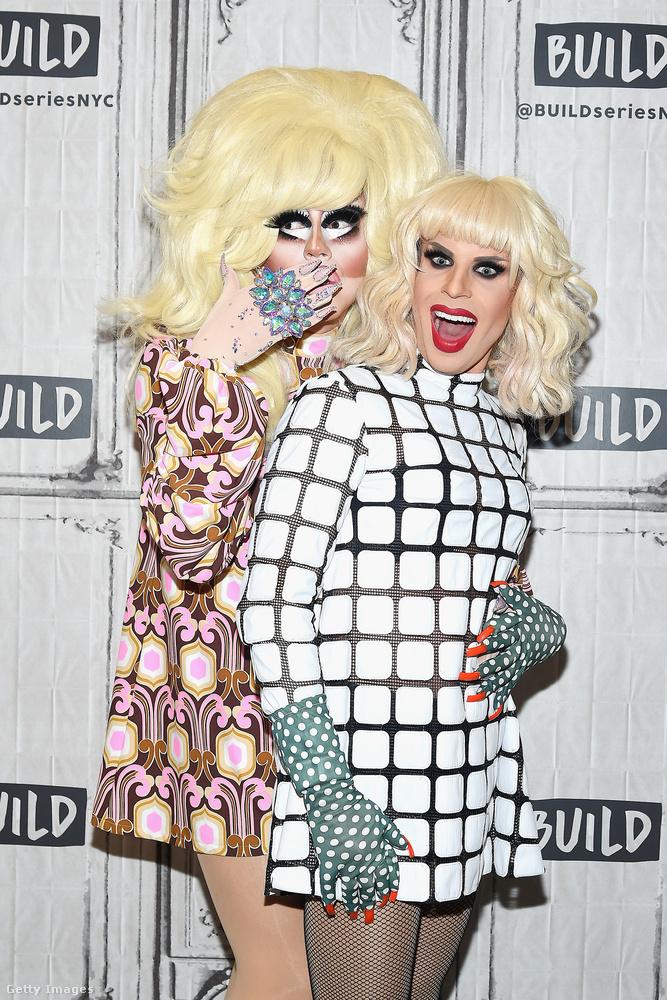 Elég erős ez a fotó, nem? Abból az alkalomból készült, hogy a Viceland nevű tévécsatornán beindul a The Trixie & Katya Show nevű műsor, aminek két, a divat terén kihívásokkal küszködő, de sokkolóan vicces háziasszonya és egyben főszereplője látható a képen.