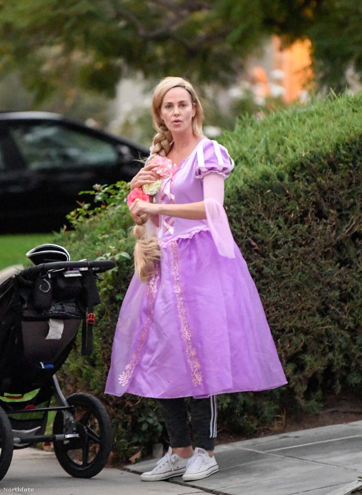 Charlize Theron filmszínésznő itt éppen Rapunzelnek, vagy ha úgy jobban tetszik, Aranyhajnak öltözve szerez csokit August nevű lányával.