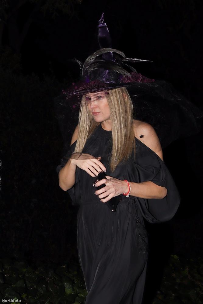 Amúgy valakivel nagyon forró dróton lehetett  a színésznő, mert kizárólag telefonnal a kezében fotózták le.