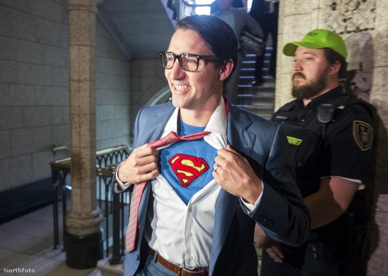 Justin Trudeau kanadai miniszterelnök Supermannek öltözve ment csokit szerezni a gyerekekkel.