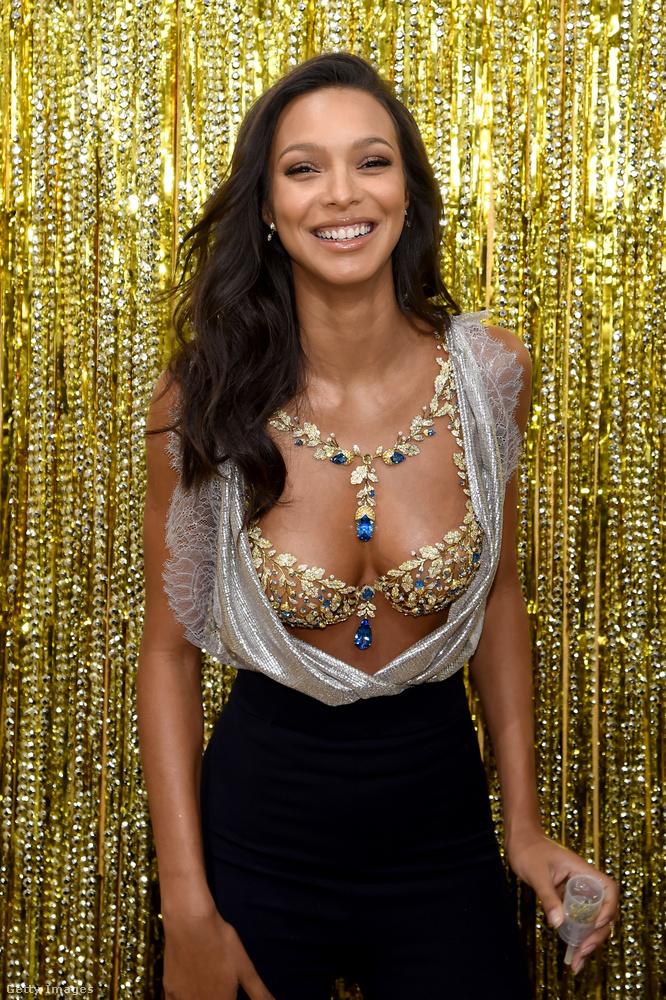 Viselője pedig egy Victoria's Secret-modell, Lais Ribeiro.