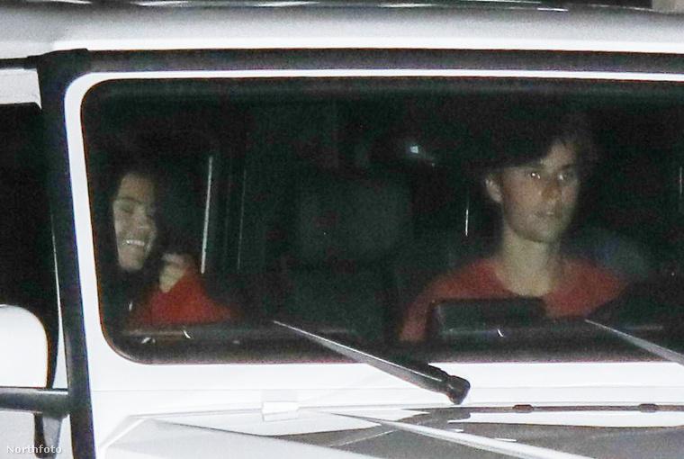 Bieber kocsijával, együtt távoztak,
