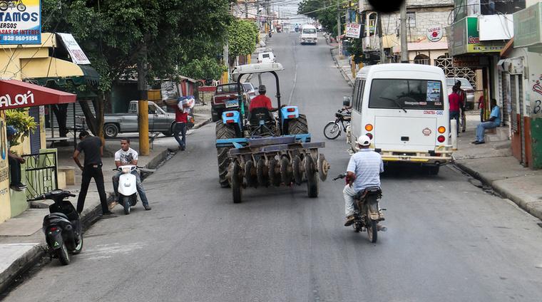 Zúg a traktor, szánt az eke, még Higüey belvárosában is