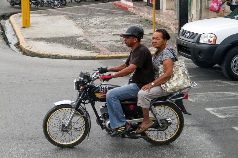 Karibi lazaság, általános módon csak a vezető óvja a testi épségét bilivel a fején, az utas(ok)                         lazán nyomhatják anélkül, akár papucsban
