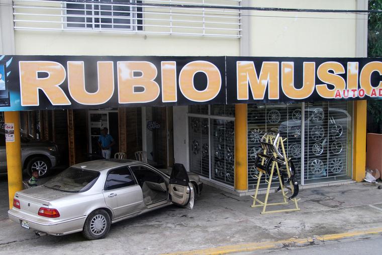 Rubio tuningműhelyében szemmel láthatóan nem csak a zenére figyelnek, de könnyen                         felpattan valami csicsás felni is a verdára a kirakatból, ha kicsit nem figyel oda az ember
