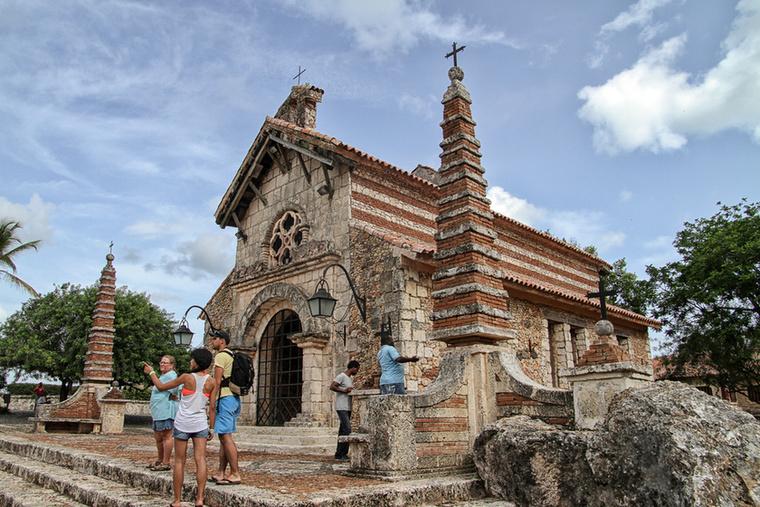 A kápolna, ahol Michael Jackson feleségül vette Lisa Marie Prestley-t Altos De Chavonban