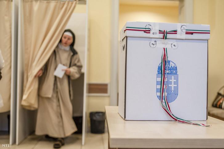 Egy apáca szavaz a csíkszeredai fõkonzulátuson kialakított szavazókörben