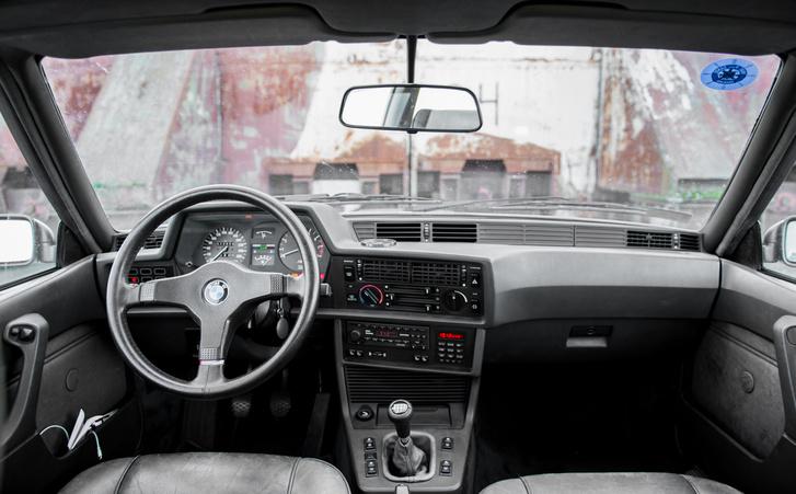 Vezető felé fordított klasszik BMW cockpit
