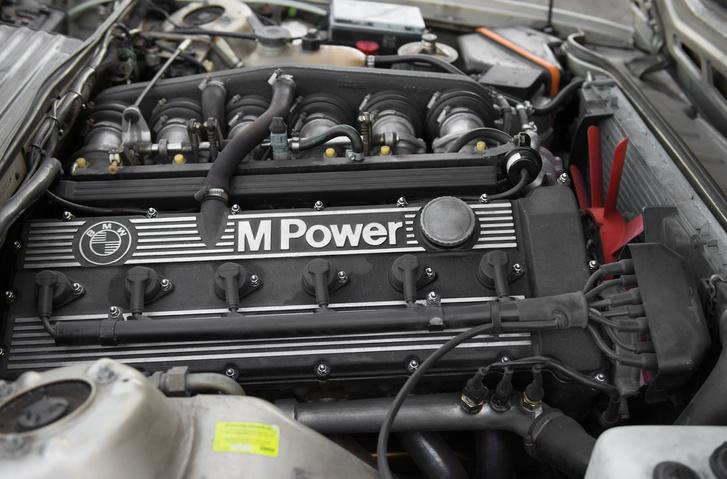 Itt 3,5 literes let a sor hatos motor, a legendás M88-as harmadik változata