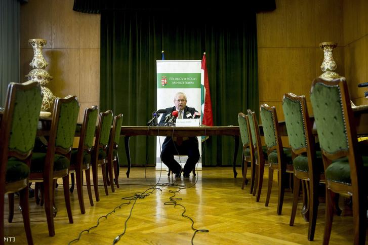 Fazekas Sándor földművelésügyi miniszter sajtótájékoztatót tart hivatalában a földtörvény eredményeiről és a Földet a gazdáknak programról 2015. április 28-án.