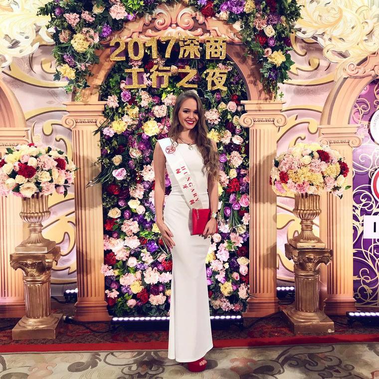 Koroknyai Virág, a magyar Miss World-győztes egy ideje már Kínában van, és más szépségversenyzőkkel barátkozik, illetve készül a döntőre