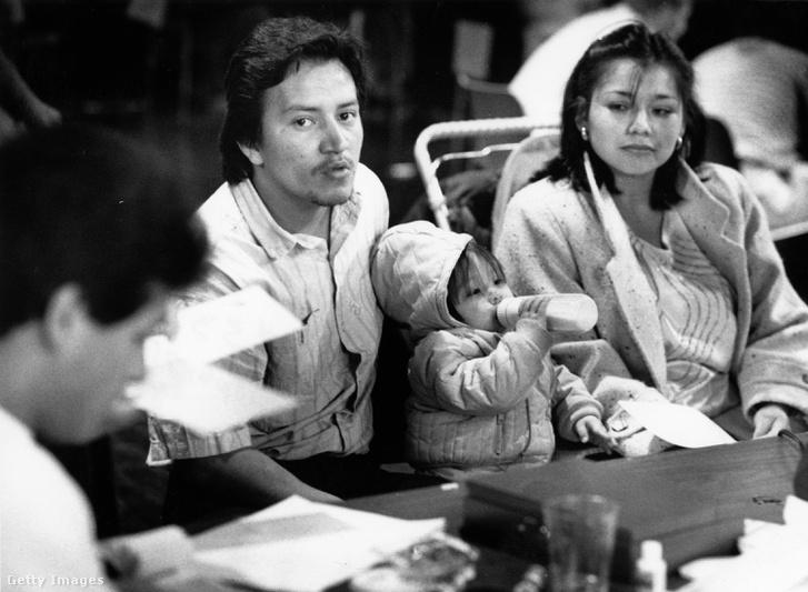 Egy hondurasi család Bostonban 1989. március 18-án. Ők már a következő évi vízumlottóban bíztak.