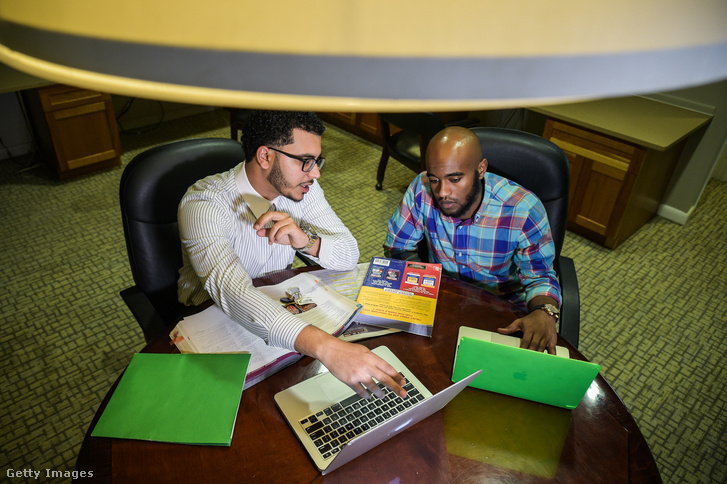 Tarig Elhakim és Abdelsalam Khalafaffa 2017. április 27-én. Mindketten szülészorvosnak tanultak az USA-ban. Elhakim nyert a vízumlottón, Khalafalla még csak reménykedett.