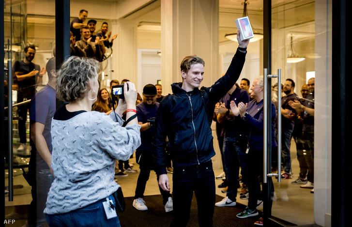 Az első vásárlók az iPhone X premierjén Amszterdamban.