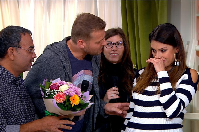 Kadlecsek Krisztián, Stohl Luca és a virágcsokorral érkező Joshi Bharat láttán elérzékenyült a várandós műsorvezető.
