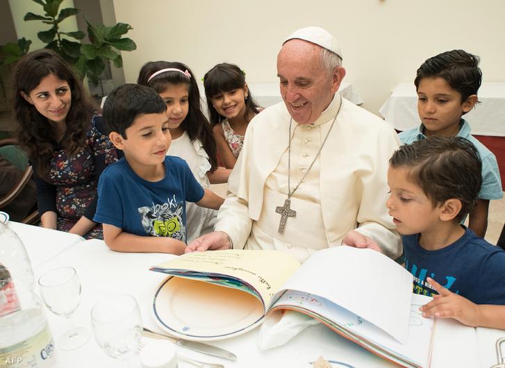 Ferenc pápa szír menekültekkel