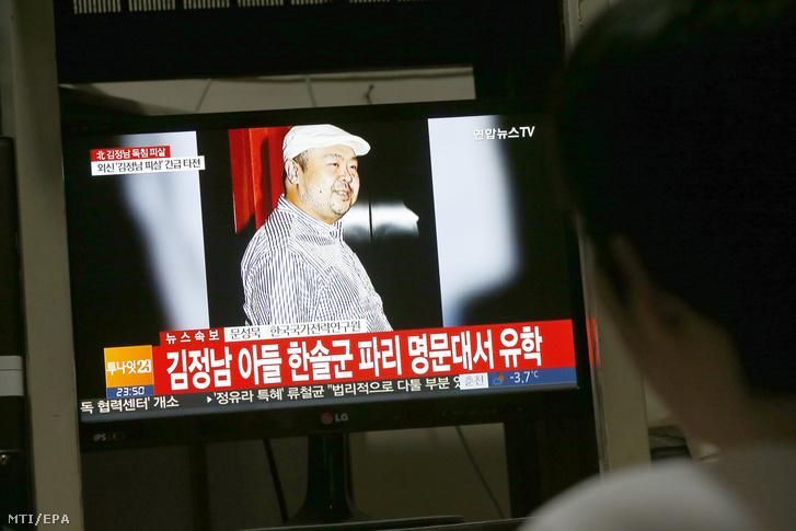 Egy férfi nézi a Kim Dzsongun észak-koreai vezetõ mostohafivérének meggyilkolásáról szóló híreket televízión a dél-koreai Phjongcshangban 2017. február 14-én