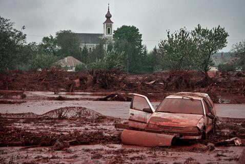 Sok autót elsodort a vörösiszap Kolontáron