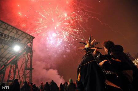Budapest, 2011. január 1. Résztvevők nézik a tűzijátékot a 2011 első felében esedékes soros magyar EU-elnökségi félév Európa mi vagyunk címmel megrendezett nyitórendezvényén, a budapesti Millenáris Parkban. (Fotó: Kovács Tamás)