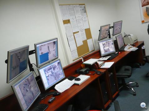 A térfigyelő kameraszobában csak a monitorok fényképezhetők, a rendőrök nem