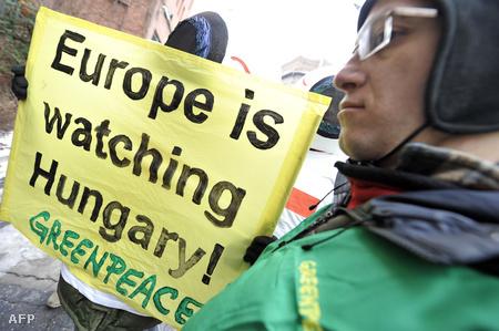 A Greenpeace aktivistái tüntetnek a Külügyminisztérium előtt