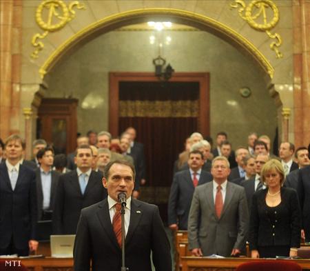Bácskai János leteszi a képviselői esküt (Fotó: Koszticsák Szilárd)