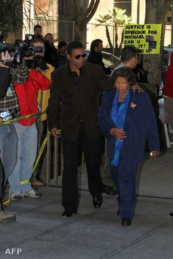 Katherine Jackson és Jermaine Jackson  érkezik a bíróságra