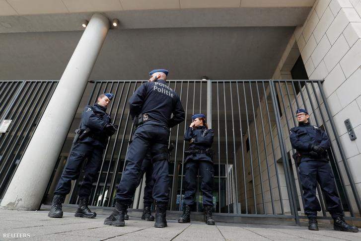 Rendőrök Brüsszelben az Ügyészség épülete előtt
