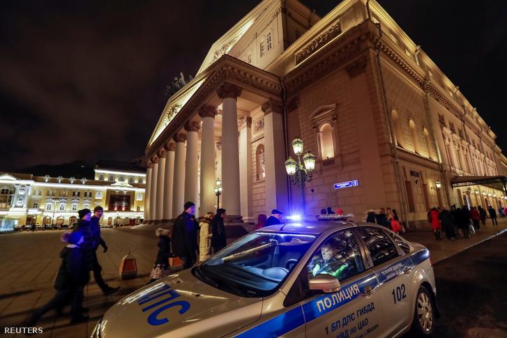 Rendőrök a moszkvai Bolsoj előtt