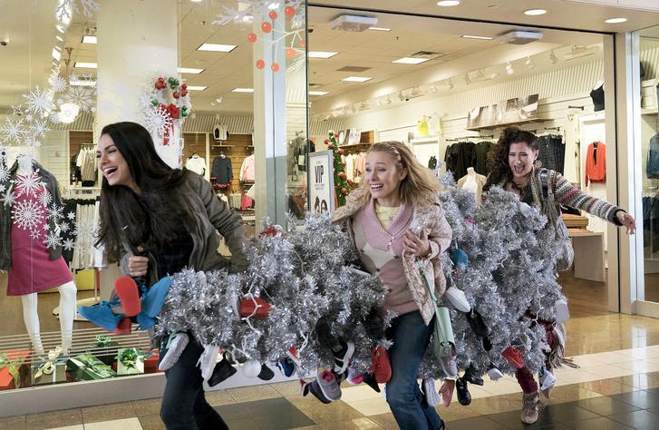 Mila Kunis (balra) a Rossz anyák karácsonya című filmben