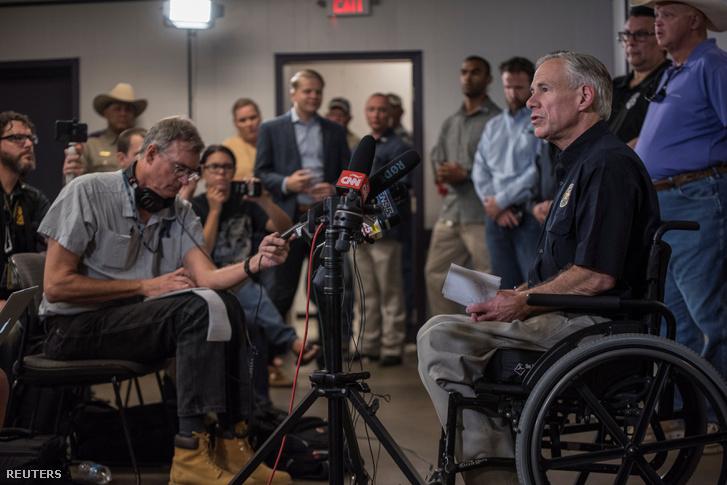 Texas kormányzója tart sajtótájékoztatót a lövöldözés után