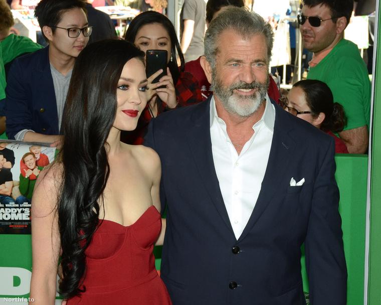 Utóbbi a látszat ellenére nem a 61 éves színész unokája, hanem a barátnője