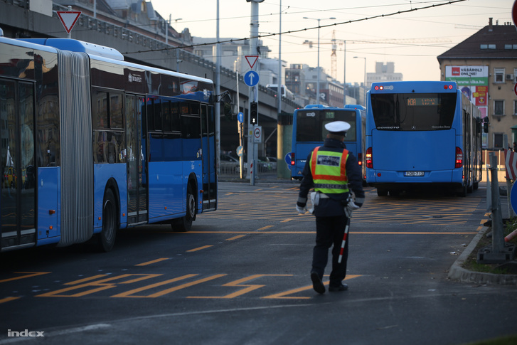 Metrópótló autóbuszok a Váci út Árpád híd kereszteződésében