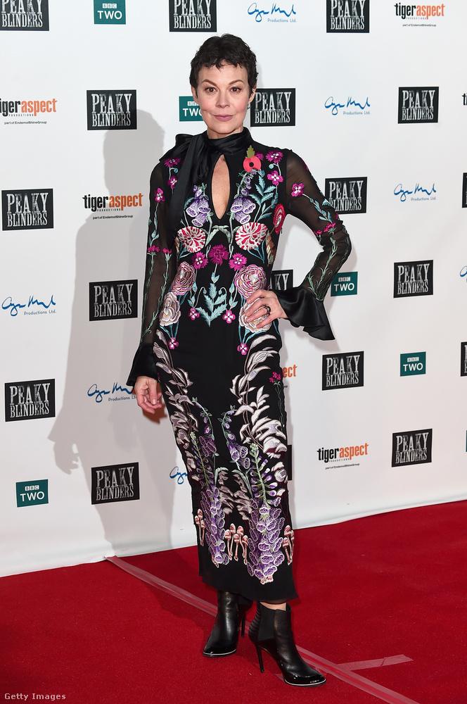 Oldalt gumírozott tűsarkú bokacsizma és virágos egyrészes Helen McCrory színésznőn Angliában.