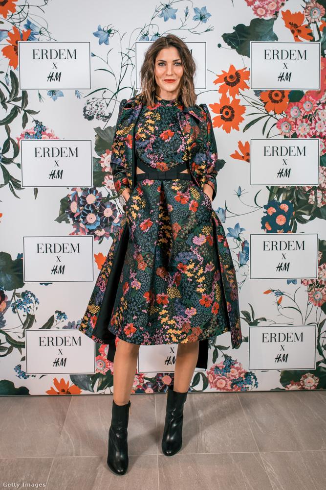 H&M x Erdem féle virágos ruha és fekete bőr bokacsizma Annina Freyen Zürichben.