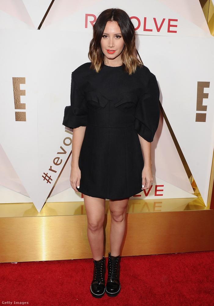 Csinos kis fekete ruha és lázadó bakancs Ashley Tisdale színésznőn Hollywoodban.