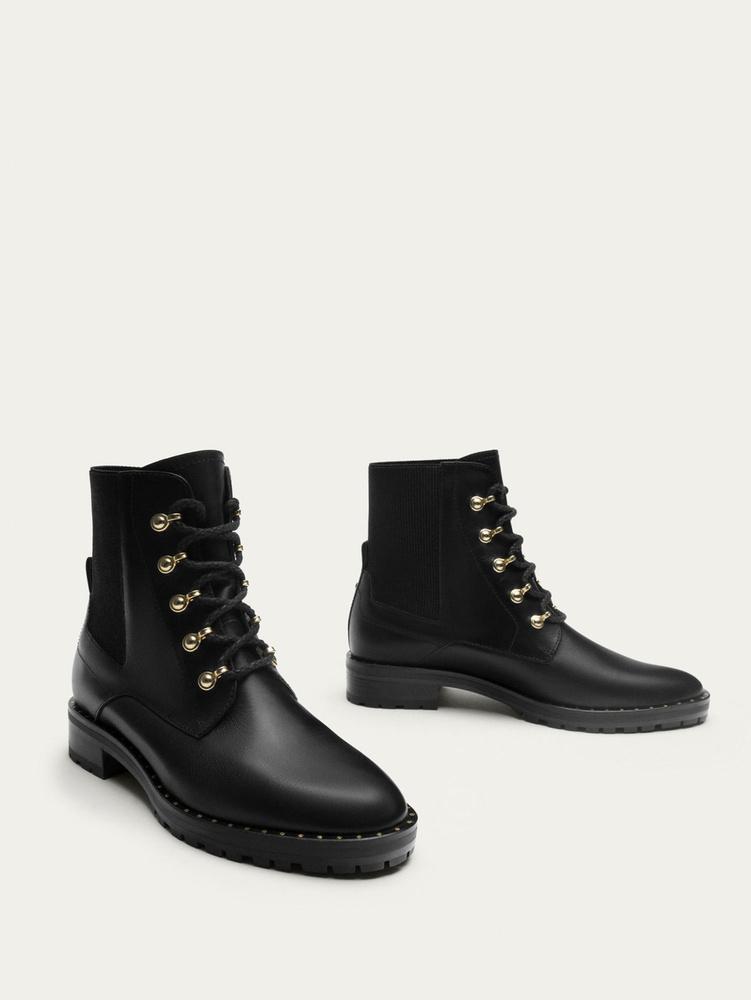 A hazánkban is kapható Massimo Dutti átlagosan 180 dollárt, körülbelül 48 ezer forintot kér egy ilyen fűzős cipőért.