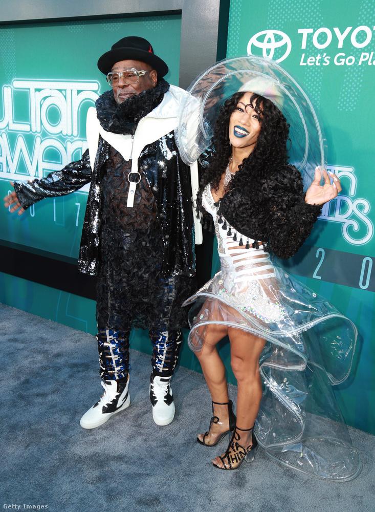 George Clinton, a funk királya egy fekete-fehér szettben jött el, kísérőjével össze vannak öltözve! A hölgy kalap-ruha-kobója valami elképesztően szellemes, a lábfején meg felirat van