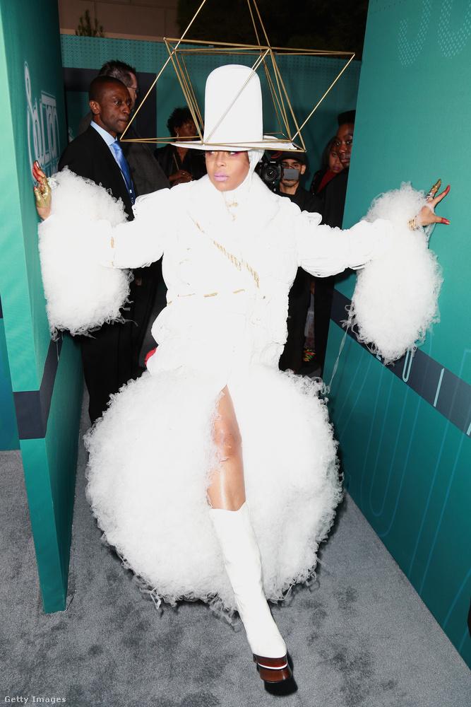 Őt Erykah Badunak hívják és énekesnő, de öltözködni is nagyon tud
